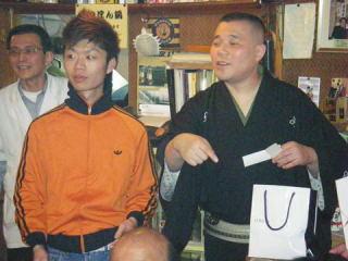抽選会の平治師匠(向かって右)と可龍さん(中央)。左は席亭